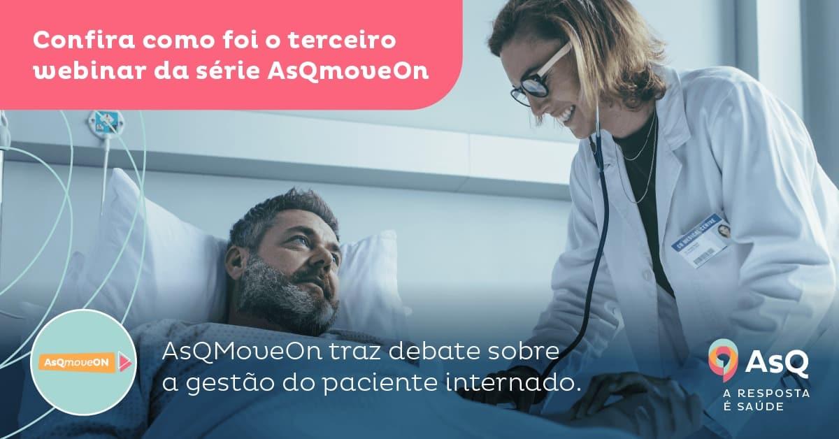 paciente deitado na cama, enquanto médico com jaleco branco o examina com estetoscópio