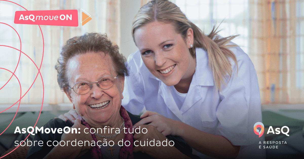 Na imagem, vemos uma profissional de saúde ao lado de uma paciente idosa.